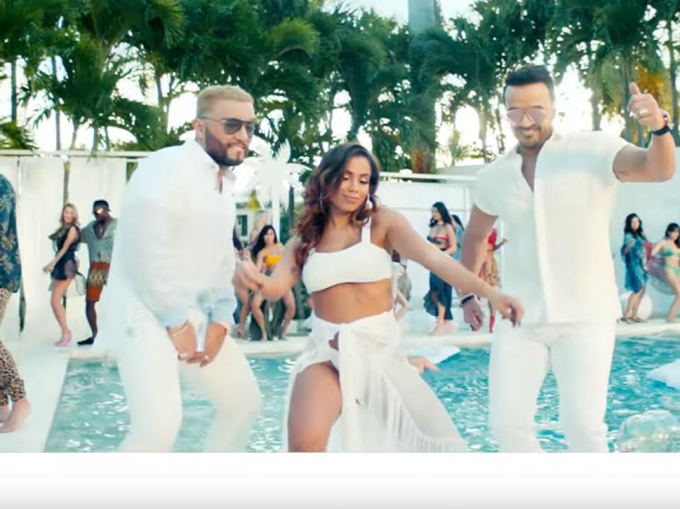 Fotograma del videoclip de 'Pa'lante' de Luis Fonsi, con Anitta y Alex Sensation.