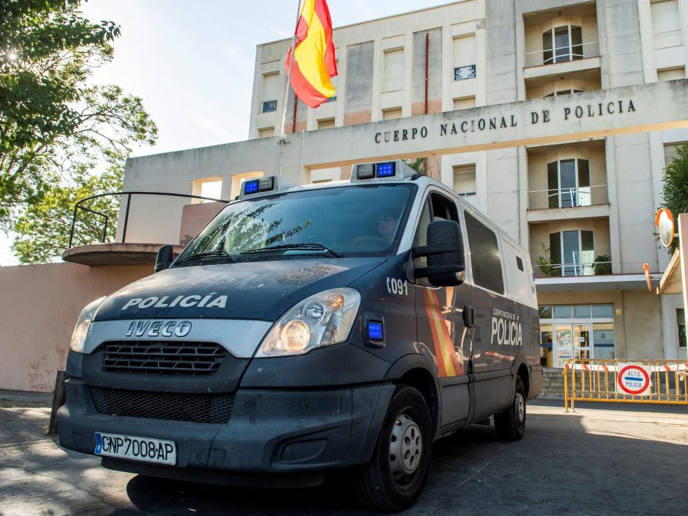 Los miembros de La Manada han sido trasladados en un furgón a la prisión desde la Jefatura Superior de Policía de la capital andaluza.