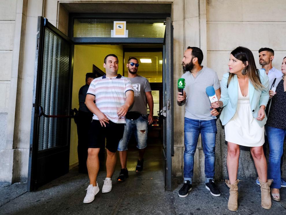 Los miembros de La Manada salen de los juzgados de Sevilla.