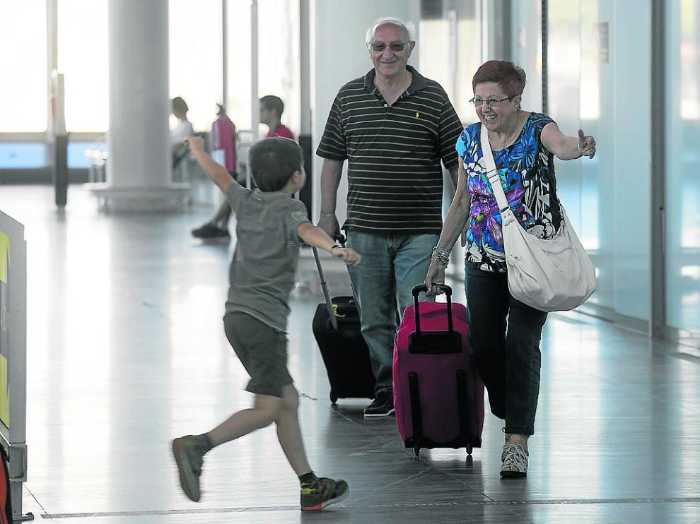 Pasajeros del vuelo de Milán, ayer a su llegada al aeropuerto de Zaragoza