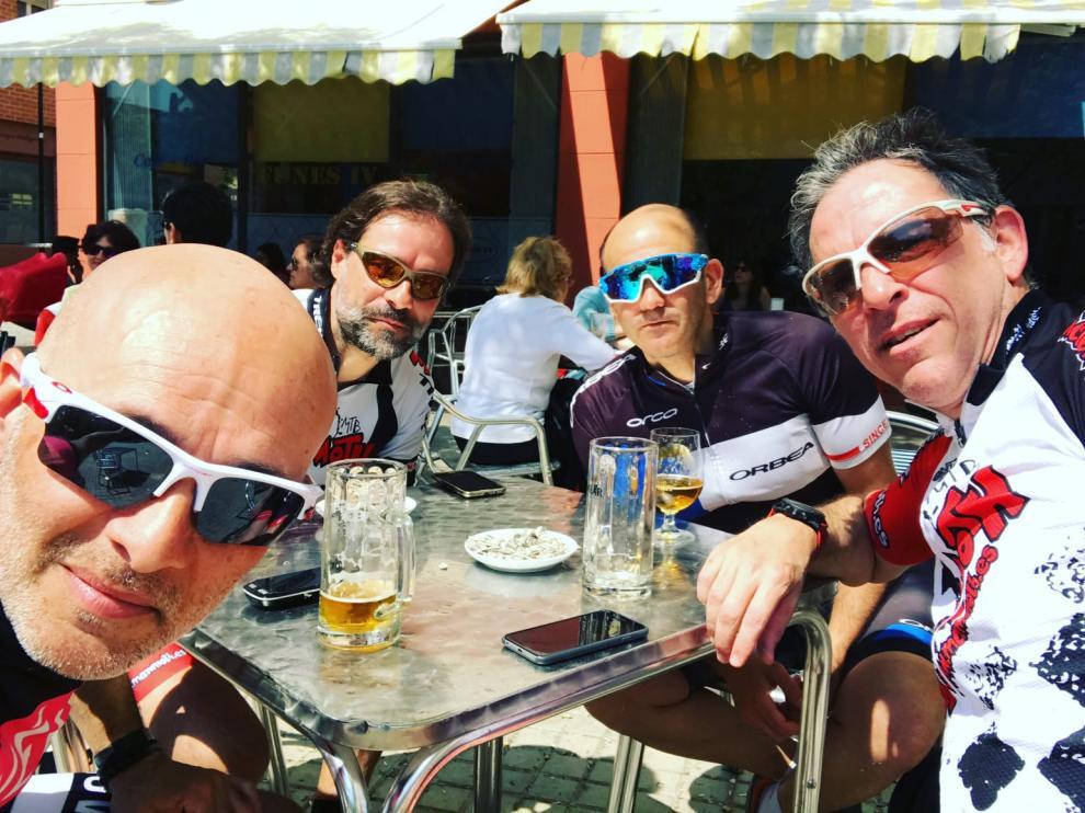 Ricardo Domingo y un grupo de amigos en la Puebla de Alfinden