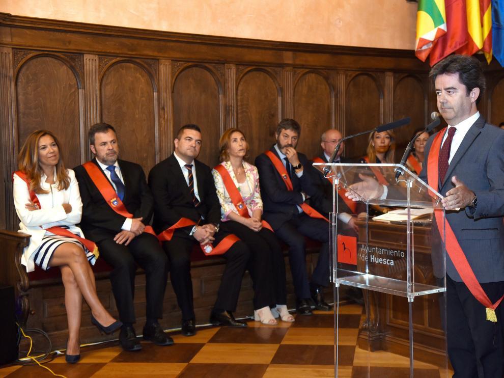 El alcalde de Huesca, Luis Felipe, durante su improvisado discurso tras ser investido por sorpresa
