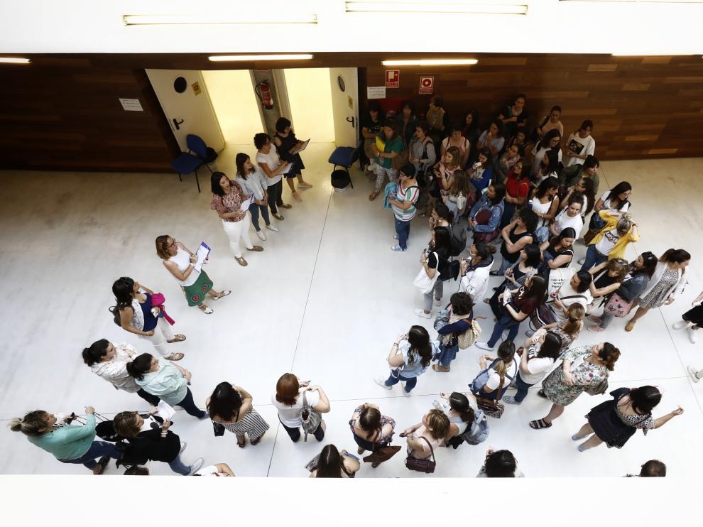 Opositores esperan a ser llamados por el tribunal en la Facultad de Educación de Zaragoza.