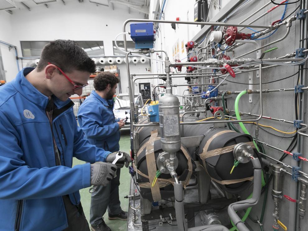 Dos trabajadores de la Fundación del Hidrógeno en las instalaciones de la entidad en en el parque Walqa de Huesca.