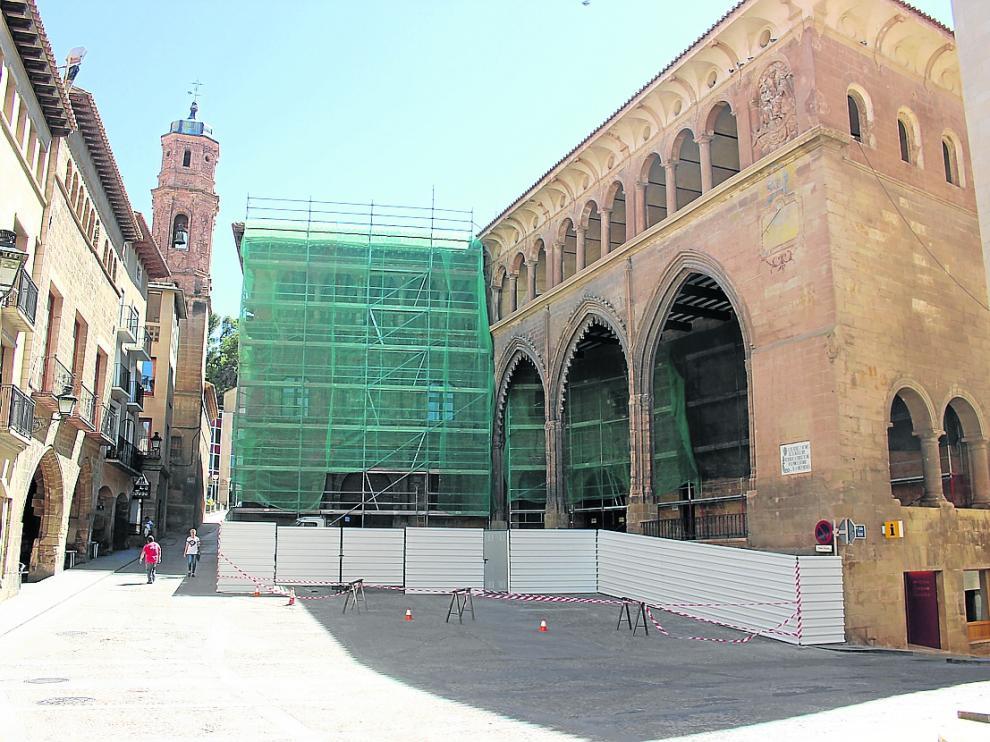 Los andamios cubren desde hace algunos días la fachada de la Casa Consistorial de Alcañiz.