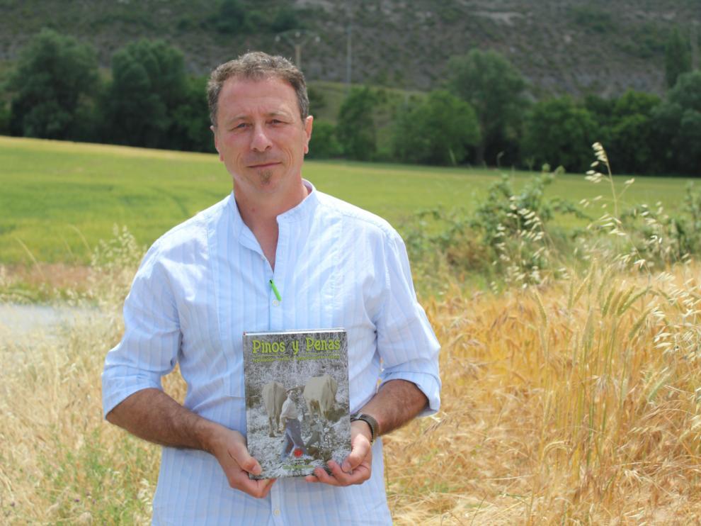 El investigador forestal Carlos Tarazona posa con su libro 'Pinos y Penas'.