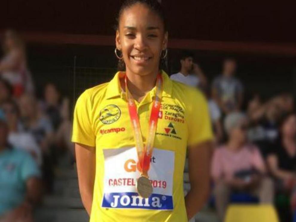 Salma posando con su medalla