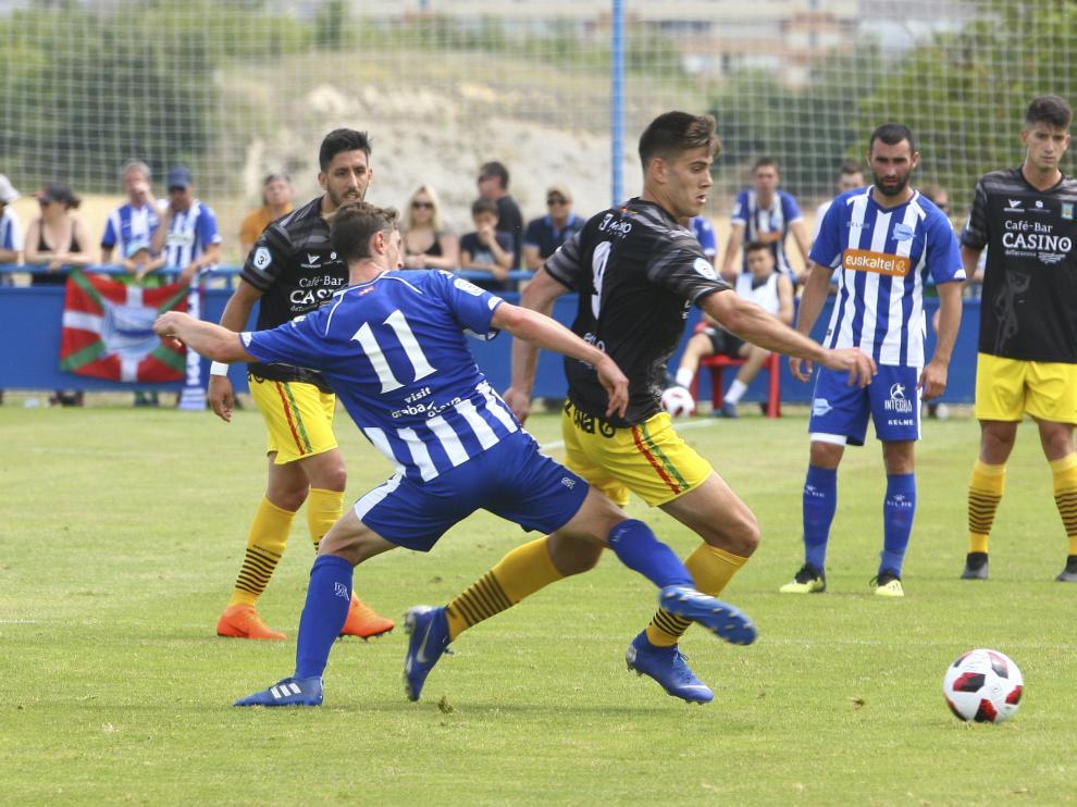 Sergio Sánchez intenta zafarse de un jugador del Alavés B