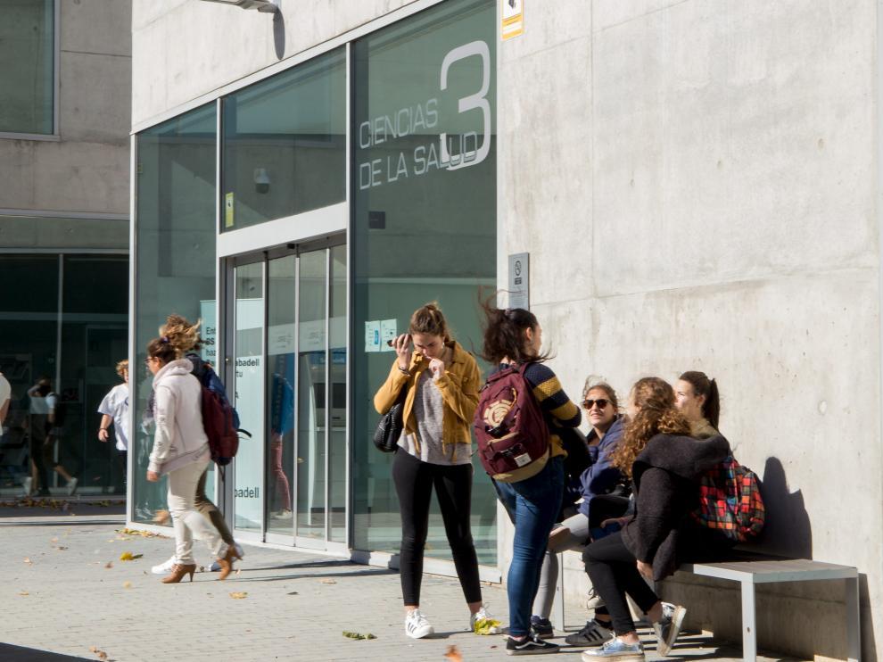 Un grupo de alumnos, en el exterior de una de las facultades de la Universidad San Jorge