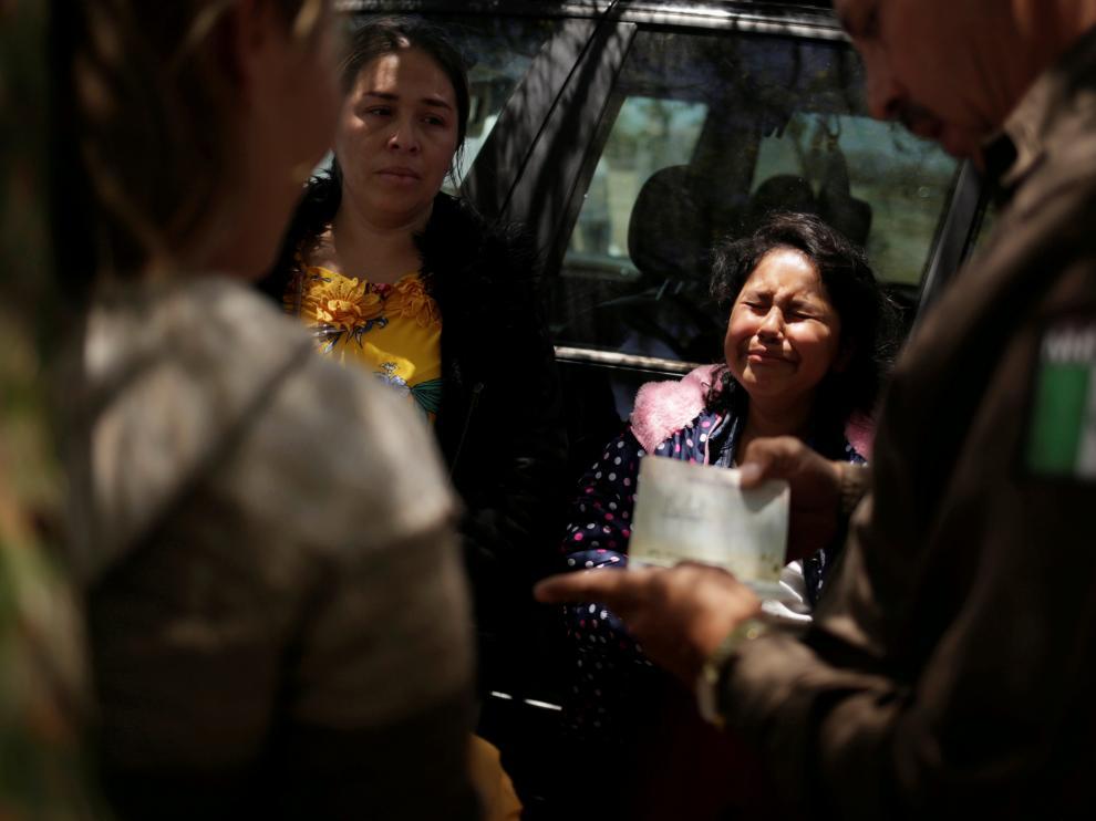 Una mujer nicaragüense llora en la frontera entre Estados Unidos y México.