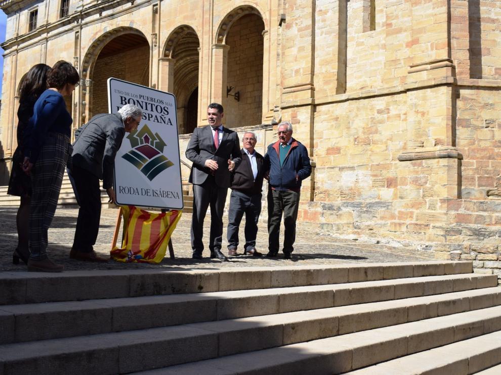 Autoridades y vecinos con la placa recibida en marzo que acredita a Roda de Isábena como uno de los pueblos más bonitos de España.