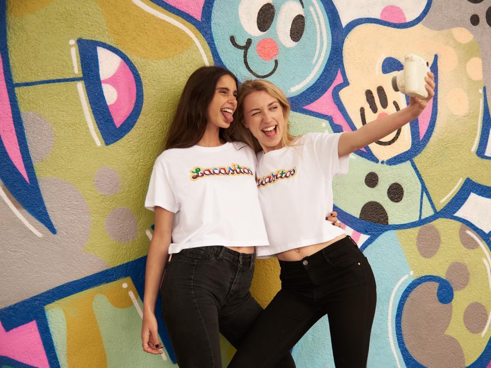 Dos jóvenes se realizan un selfie con la nueva camiseta de Lacasitos que comercializa Pull&Bear