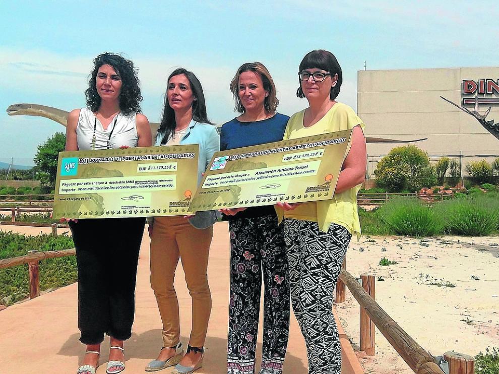 Dinópolis entregó este lunes dos cheques que suman 23.140 euros –recaudados durante las Jornadas Solidarias– a las asociaciones Síndromes Arrítmicos Relacionados con la Muerte Súbita y Autismo Teruel.