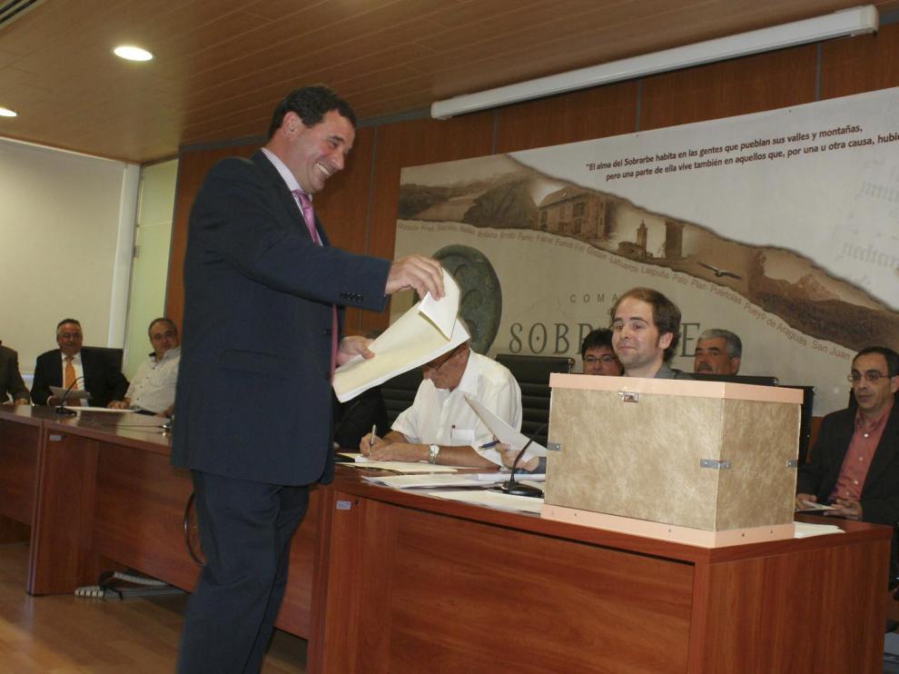 Enrique Campo deposita su voto para la constitución dela Comarca, en foto de archivo.