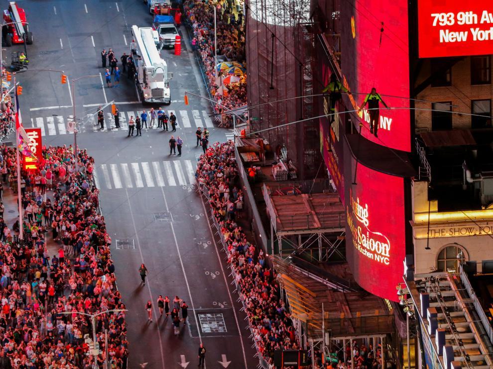 Aerialist Nik Wallenda walks the highwire with his sister Lijana over Times Square in New York, U.S., June 23, 2019.  REUTERS/Eduardo Munoz [[[REUTERS VOCENTO]]] USA-WALLENDA/TIMES SQUARE