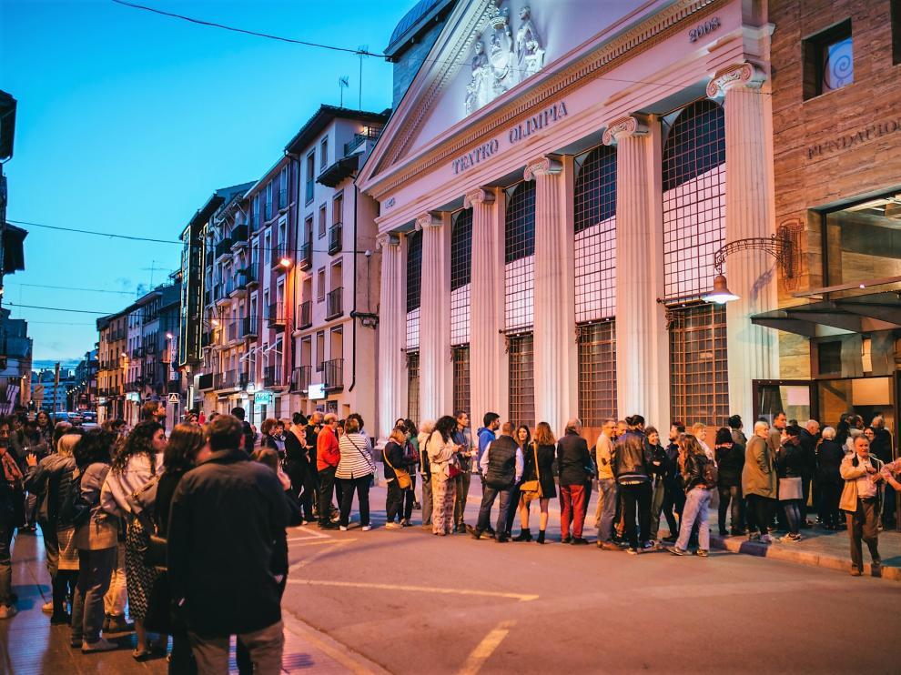 Espectadores esperando entrar a una de las sesiones de cine programadas en el Teatro Olimpia.