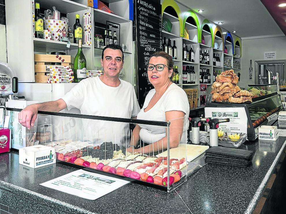 José María Pardos y Eva María Melero, en la barra de la taberna El Roneo.