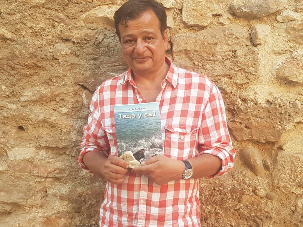 Luis Gonzalvo, autor de 'Lana y sal', junto a un ejemplar de su libro.