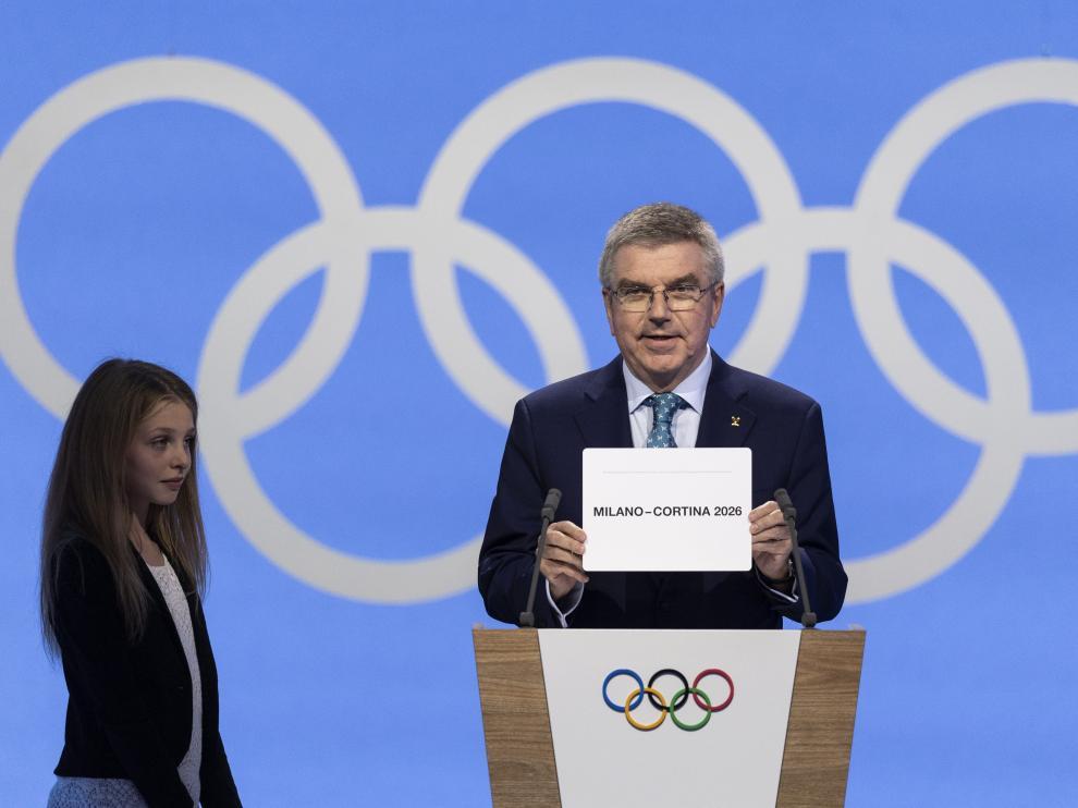 El presidente del Comité Olímpico, Thomas Bach, anuncia la candidatura ganadora, Milán-Cortina d'Ampezzo.