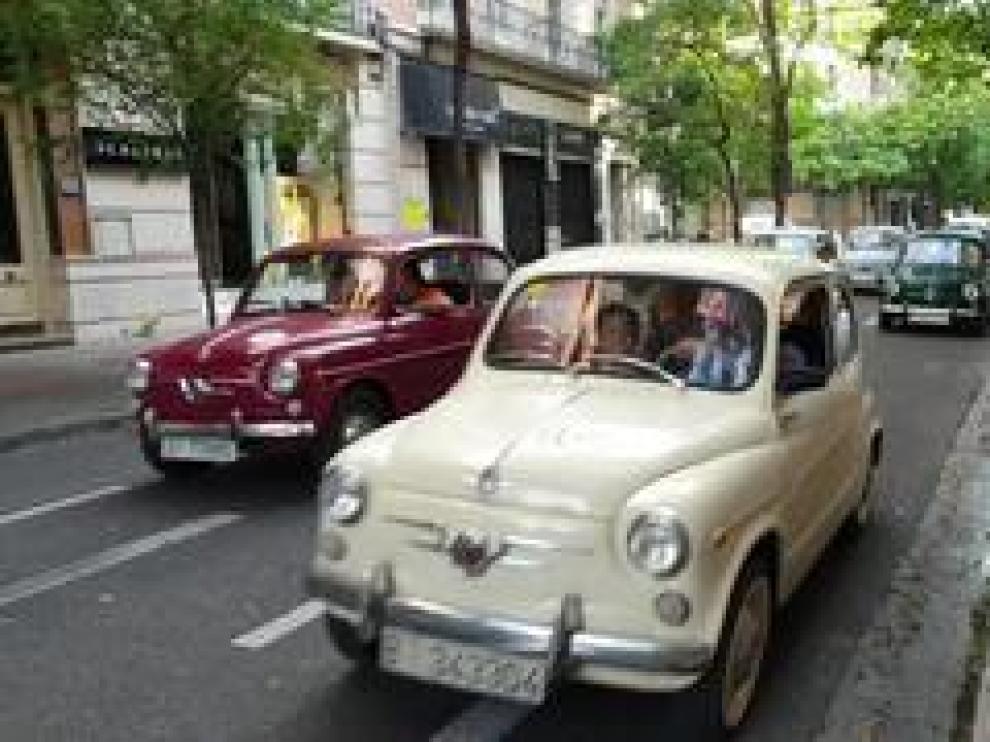 Peatones y conductores se  han visto sorprendidos este martes a primera hora por un centenar de seiscientos que han circulado por el centro de Zaragoza. Se trata de un grupo de amantes de estos vehículos clásicos que se encuentran de gira por toda España y han recalado en la capital aragonesa.
