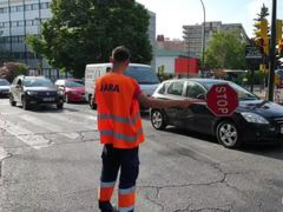 Las obras de asfaltado de paseo de la Constitución de Zaragoza se han reanudado este martes y han provocado atascos y retenciones en hora punta en esta vía zaragozana y en paseo de La Mina.