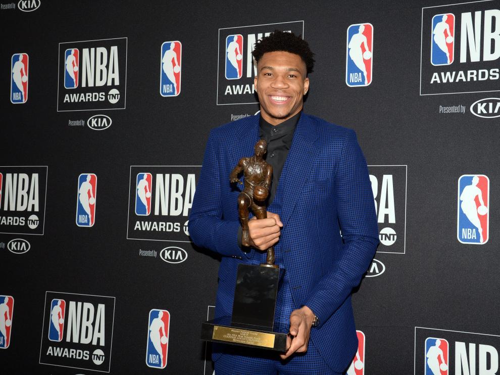 Giannis Antetokounmpo posa con el galardón del MVP de la NBA.