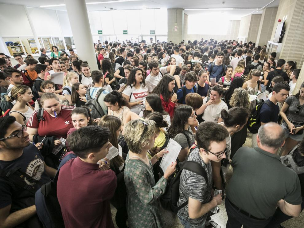 Imagen de los estudiantes de la Evau de este año, esperando para entrar en el aula del examen.