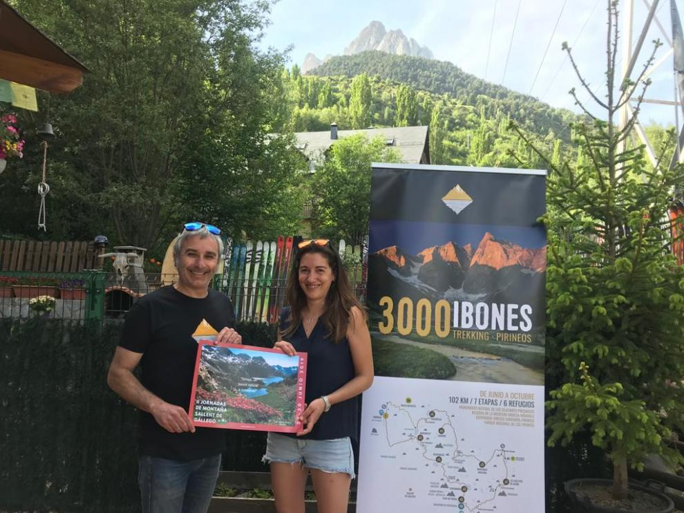César Gorgol y Sandra Lecina, con el cartel anunciador de las Jornadas.