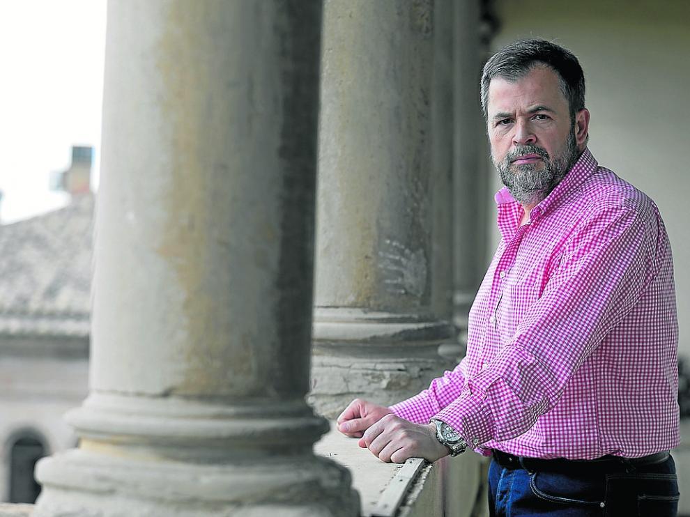 José Luis Cadena, con gesto serio, en un balcón del Ayuntamiento de Huesca
