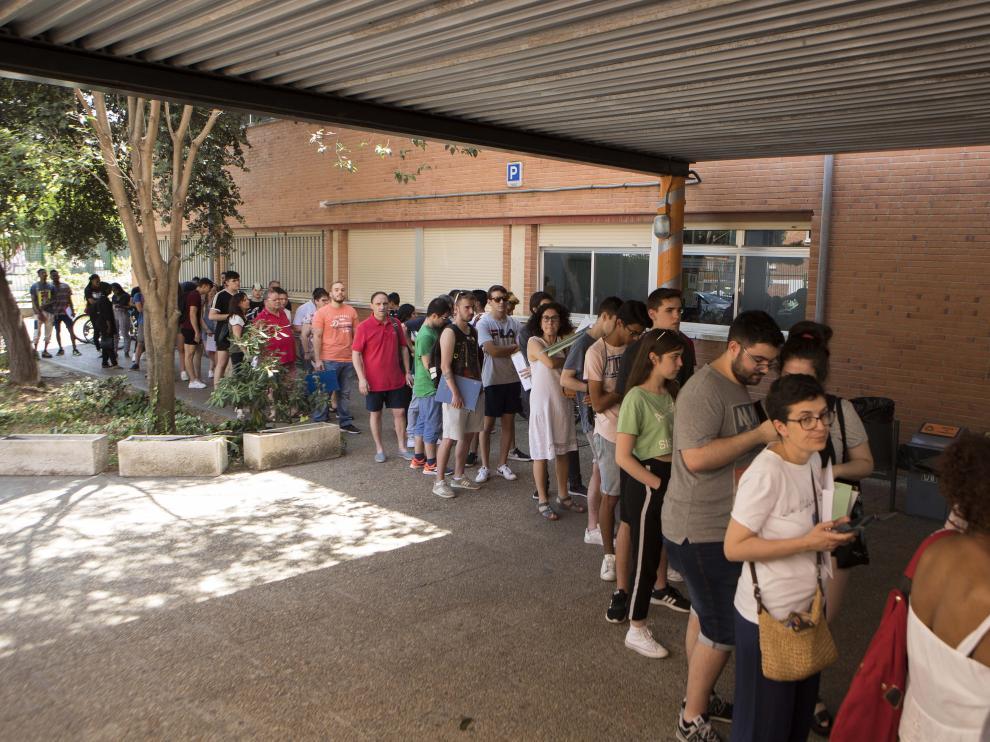 Las filas se han formado en el CPIFP Los Enlaces, donde decenas de jóvenes han presentado su preinscripción para cursar algún ciclo de FP.