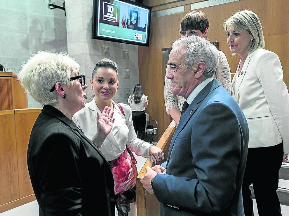 Las podemistas Marta Prades y Maru Díaz conversan con el socialista Javier Sada, en las Cortes.