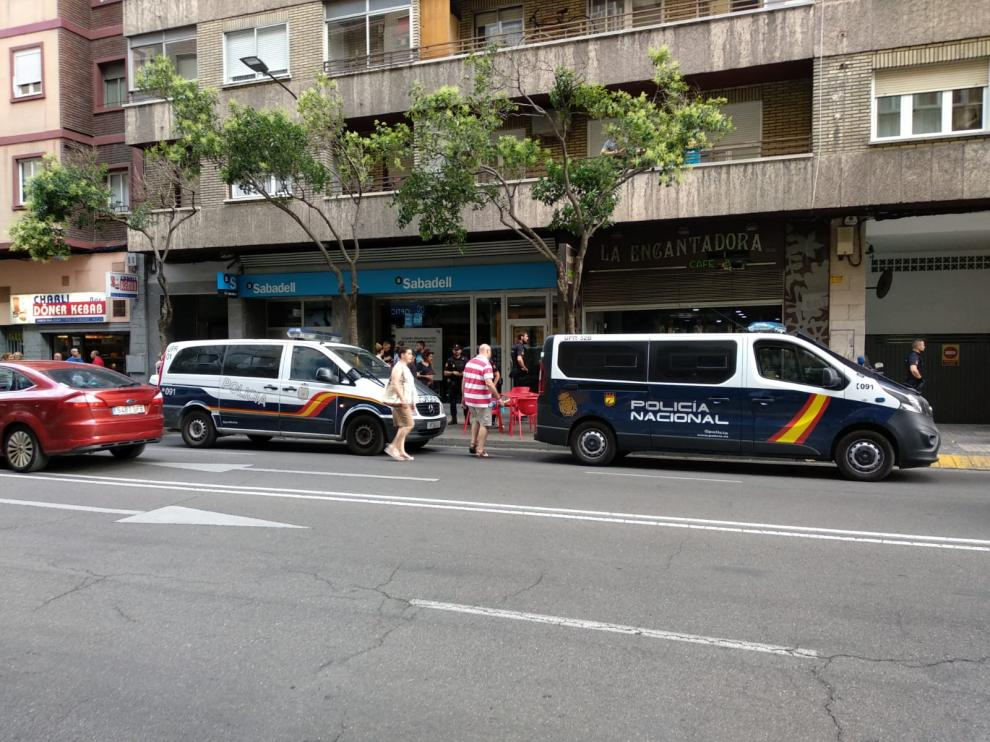 Varias patrullas de la Policía acudieron al bar donde se produjeron los hechos, en la calle Santander de Zaragoza.