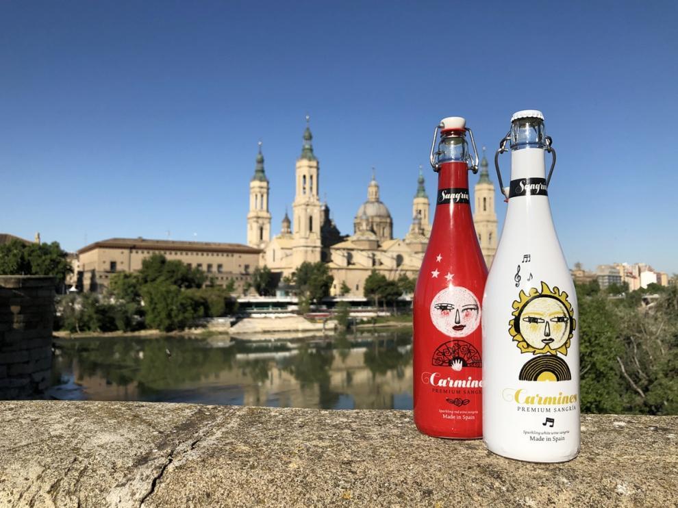 Botellas de sangría Carmines Blanca y Tinta, con la basílica del Pilar al fondo.