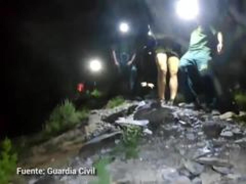 El joven, que ha sufrido unaluxació de hombro, ha sido auxilio por la Guardia Civil a las 21.30, que lo ha acompañado por un sendero para evitar un nueva caída hasta llegar al vehículo par ser trasladado a su casa.