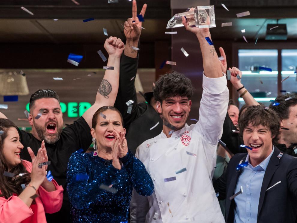 Aleix, del equipo de Jordi Cruz, celebrando su puesto como ganador en MasterChef.