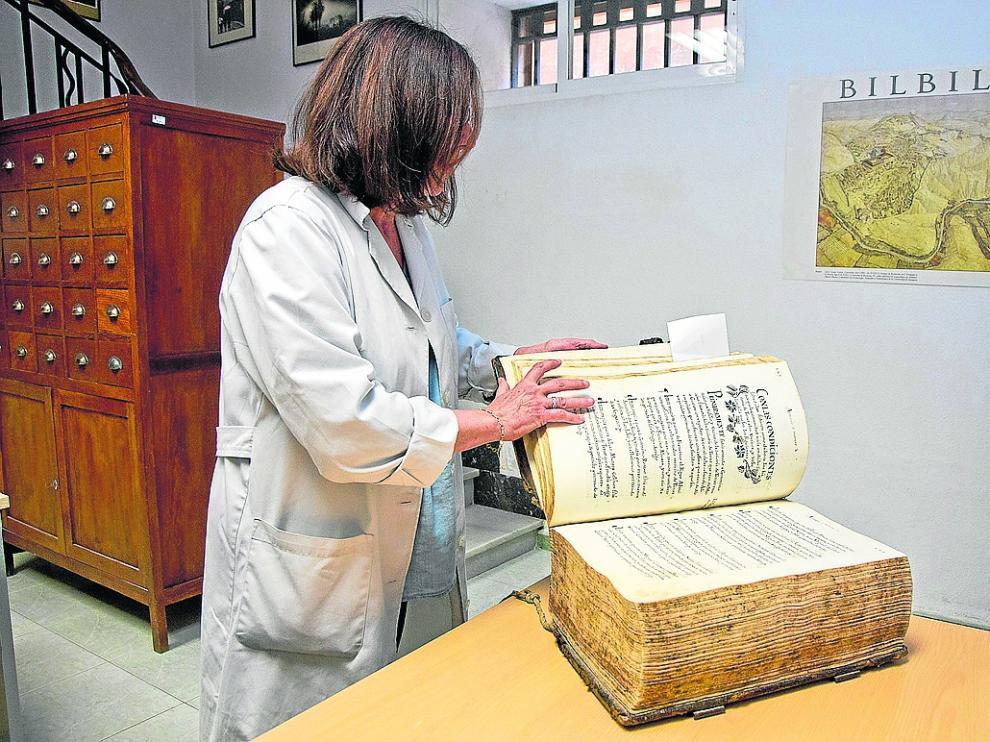 La técnica Eugenia Acero mostrando documentos históricos de Calatayud y la comarca.