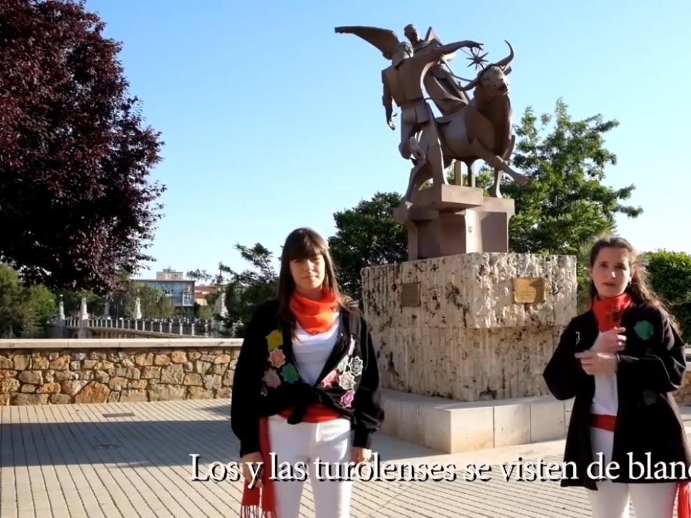 Dos alumnos del IES Santa Emerenciana explican las características de La Vaquilla con lengua de signos.