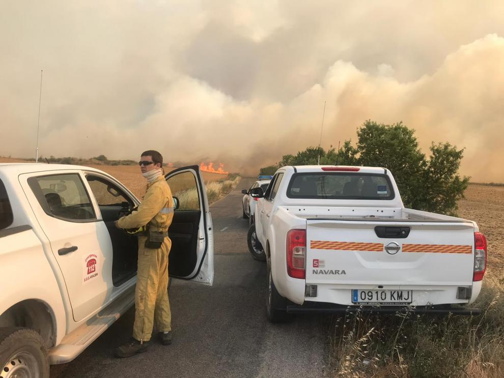 El viento ha dificultado las labores de extinción del incendio de Alcalá de Gurrea.