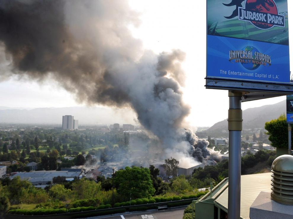 Imagen del incendio que se declaró en 2008 en los estudios del grupo Universal en Los Ángeles.
