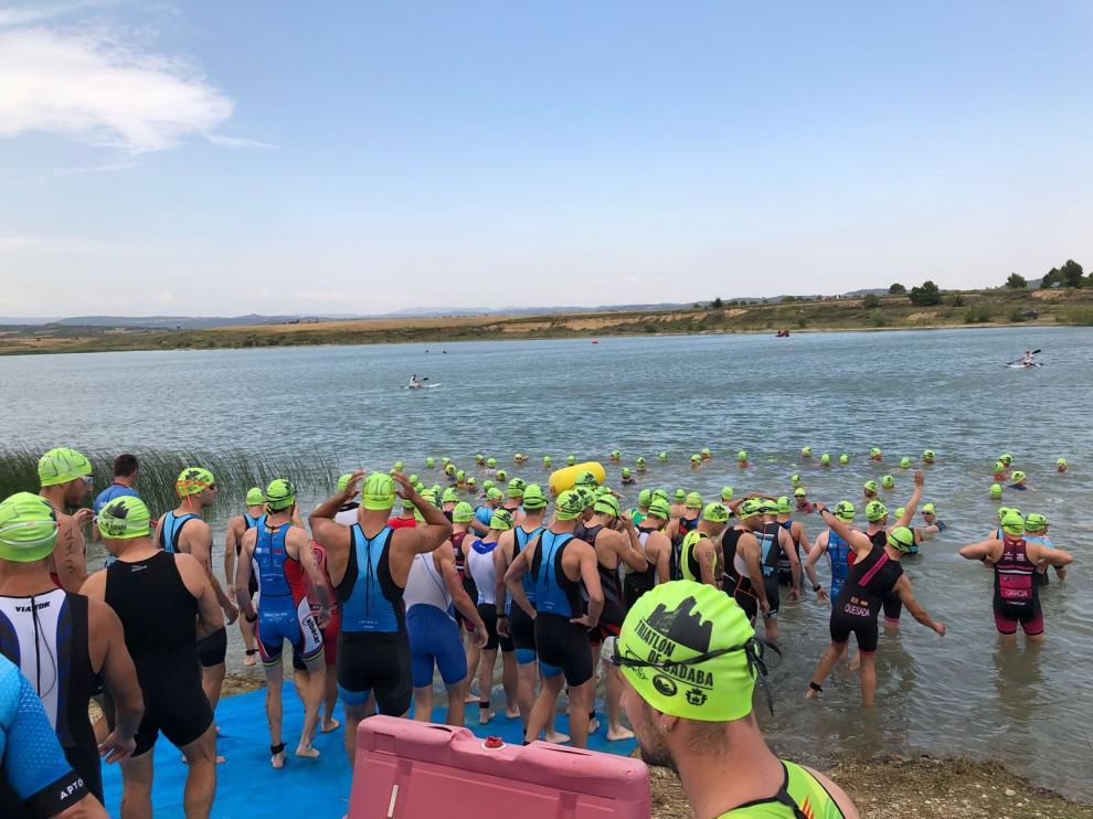 El pantano de Valdelafuén es el punto de partida del triatlón de Sádaba.