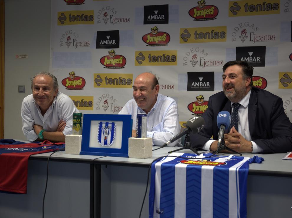 De izquierda a derecha: Petón, Mateo y Torres, en la sala de prensa de Luchán.