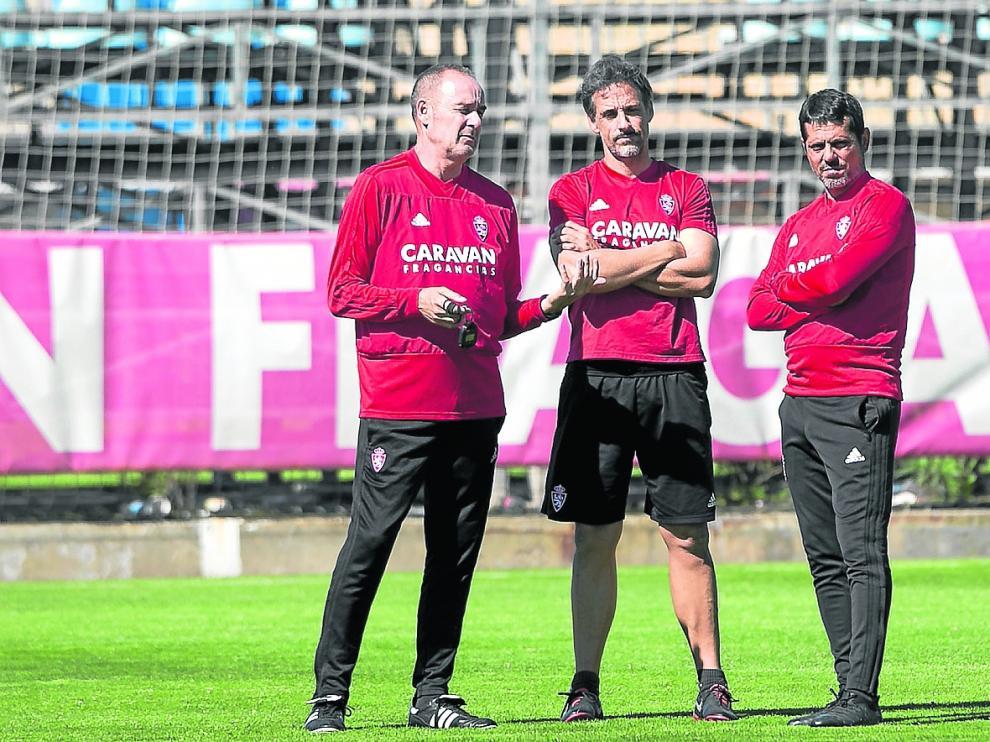 Víctor Fernández dialoga con Roberto Cabellud y José Luis Loreto durante un entrenamiento.