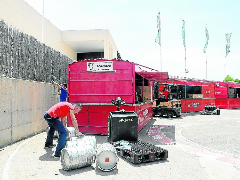 Unos operarios dan los últimos toques al recinto para los conciertos de las fiestas en Los Planos.