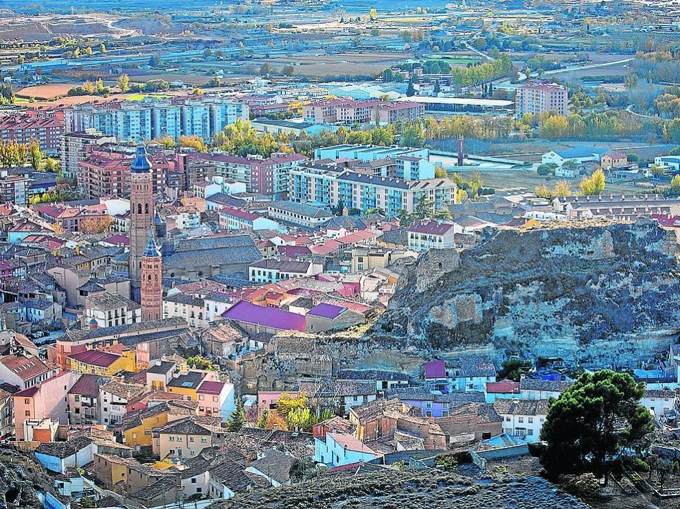 Panorámica de Calatayud, con algunos barrios viejos en primer plano y la vega al fondo.