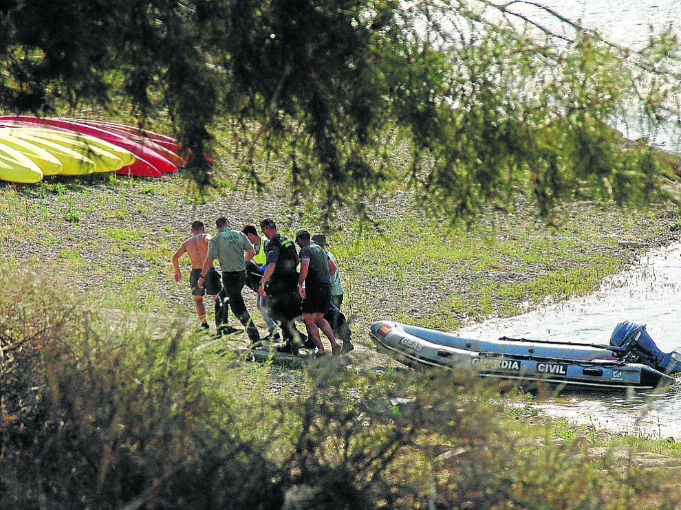 Rescate del cuerpo de uno de los fallecidos por parte de los especialistas de la Guardia Civil.