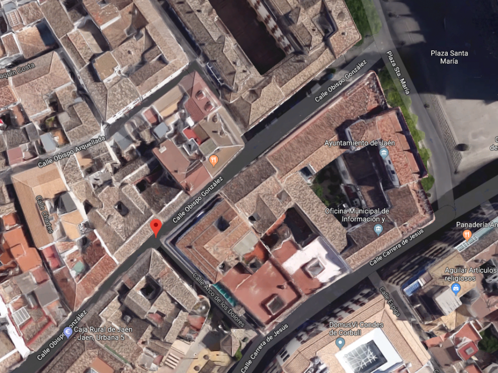 El suceso tuvo lugar en la calle de Arco de los Dolores de Jaén, y el hombre cayó al patio de luces que comparte su vivienda, de protección oficial, con el Ayuntamiento.