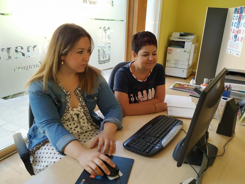 La presidenta y la gerente de ACT en la sede la asociación comprobando el funcionamiento de la nueva web.