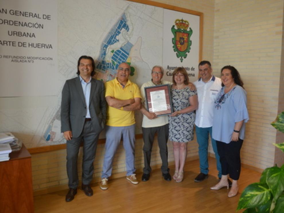 Responsables municipales, de Cibergob y de Aenor, con el certificado de seguridad.
