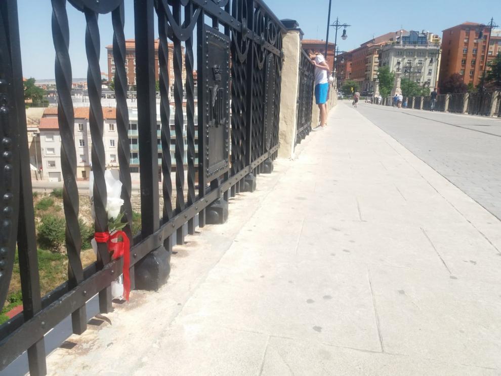 El lugar donde la chica saltó desde el viaducto está marcado con un ramo de flores.