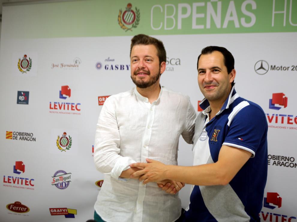 Antonio Orús y Guillermo Arenas se abrazan para escenificar la continuidad del técnico.